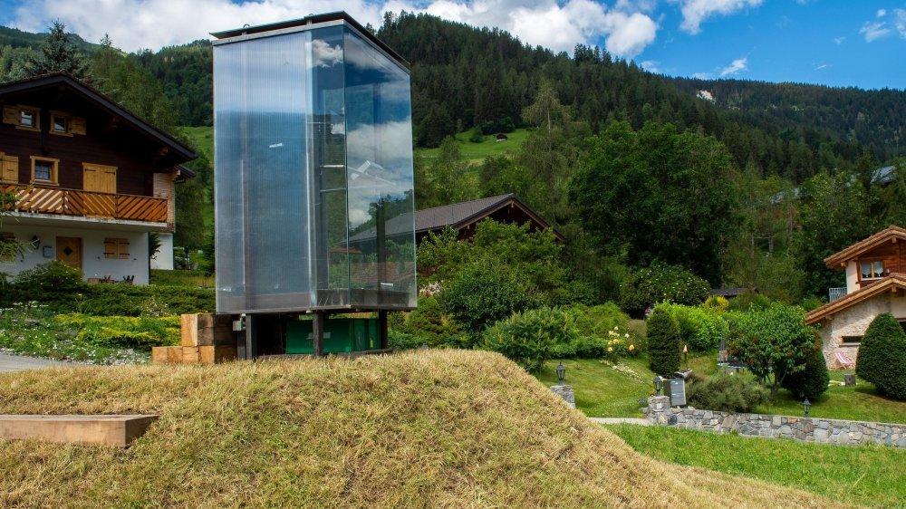 La cabine Bruson Station conçue par l'artiste Sabine Zaalene, qui permettra à celui qui s'y trouve de mixer les sons captés en direct dans trois lieux éloignés, tout en contemplant la vue sur le val de Bagnes.