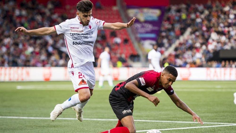 Bastien Toma évite Charles Pickel lors du match Neuchâtel Xamax - FC Sion le 21 septembre.