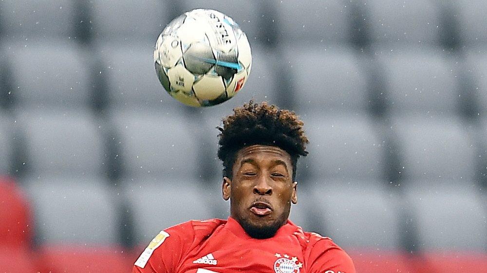 Kingsley Coman saute plus haut que Evan Ndicka lors du match entre le Bayern Munich et l'Eintracht Francfort