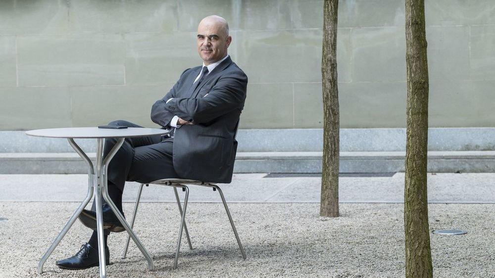 Le conseiller fédéral Alain Berset n'est pratiquement pas rentré chez lui, à Fribourg, durant les mois de crise. Ici dans la cour de son département, à Berne.