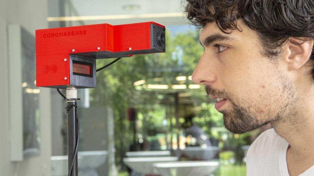 Le jeune doctorant martignerain Adrian Shajkofci a développé ce capteur de fièvre autonome. Pensé pour les entreprises, collèges et manifestations publiques, le CoronaSense se veut fiable, connecté et abordable.