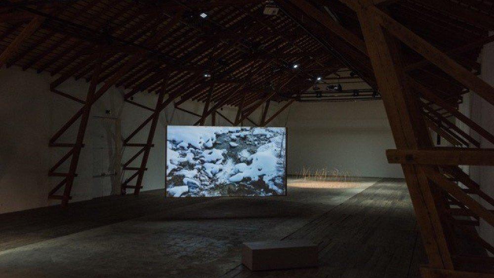 """La grange de la Ferme-Asile. Ici, l'exposition de Rudy Decelière, """"L'accalmie des paradoxes""""."""