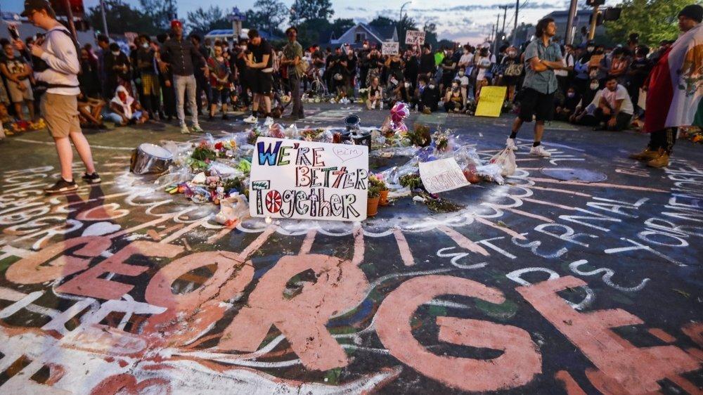 Les manifestants se réunissent à l'endroit même où George Floyd est décédé. Un énième décès lié aux violences policières.