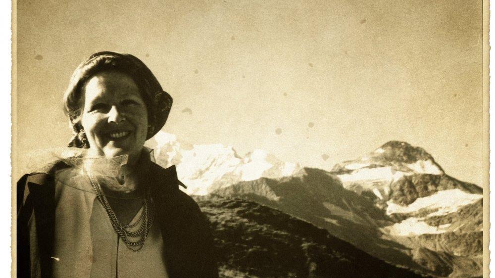 Corinna Bille, ici au col du Simplon, en descendant vers l'Italie, dans les années 1970.