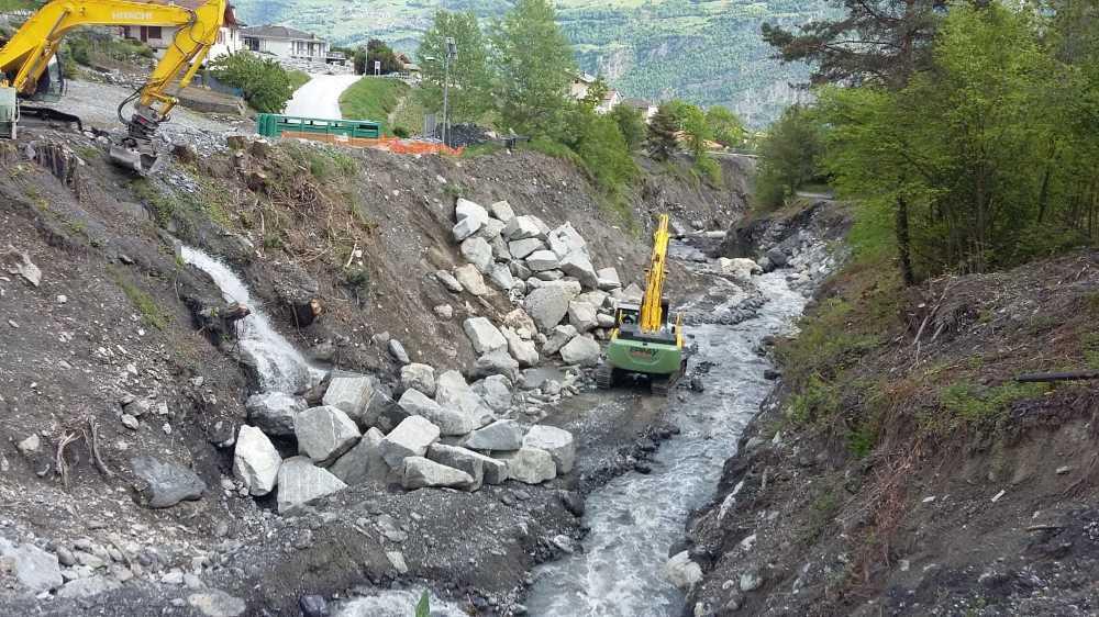 Durant le semi-confinement, des camions italiens ont régulièrement amené des pierres pour les travaux subséquents à la lave torrentielle de l'été 2019.
