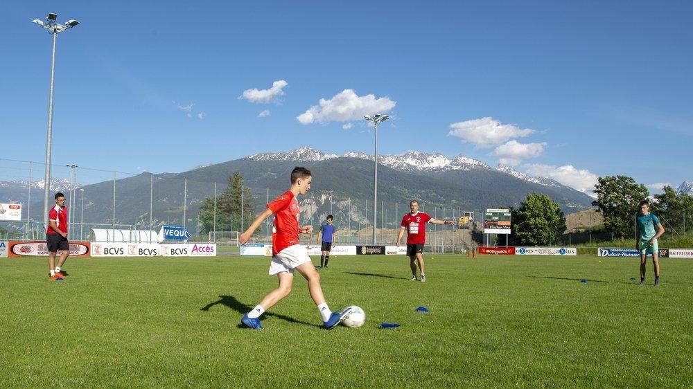 Les juniors B du FC Savièse étaient de retour à l'entraînement pour la première fois lundi. Une séance particulière où l'absence de contact et la distance sociale étaient de mise.