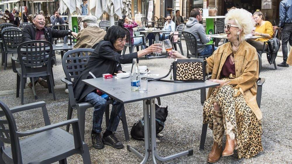 Les gens profitent de nouveau des terrasses. Ici, au café-restaurant de la Place à Sion. Mais il faut avoir le bras long pour trinquer, distance sociale oblige.