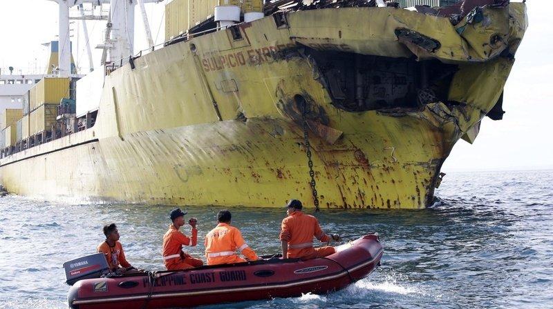 Les sauveteurs recherchent douze membres de l'équipage du bateau de pêche et deux passagers du cargo. (illustration)