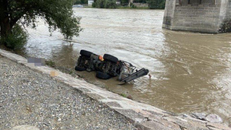 L'employé a été emporté avec le véhicule dans le fleuve.