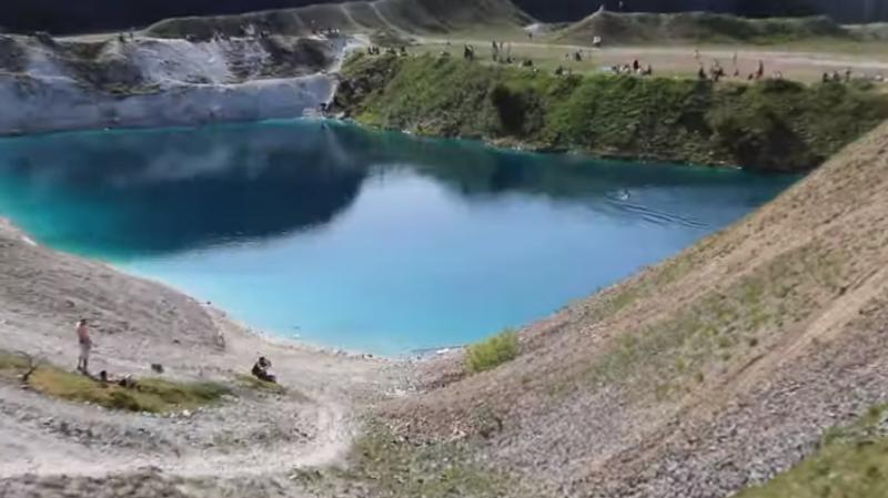 Chaque année, le petit lac attire des milliers de visiteurs.