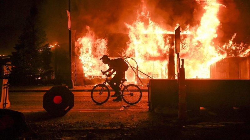 Etats-Unis: couvre-feu à Minneapolis, policier arrêté et inculpé