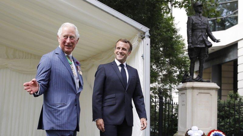 Le prince Charles et Emmanuel Macron ont déposé des gerbes devant la statue de l'ancien président français Charles de Gaulle, à Carlton Gardens, dans le centre de Londres.