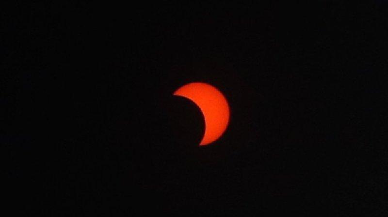 Astronomie: les curieux contemplent une éclipse rare en Afrique et en Asie