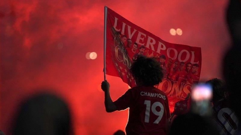 Les fans de Liverpool ont fêté durant la nuit devant Anfield Road.
