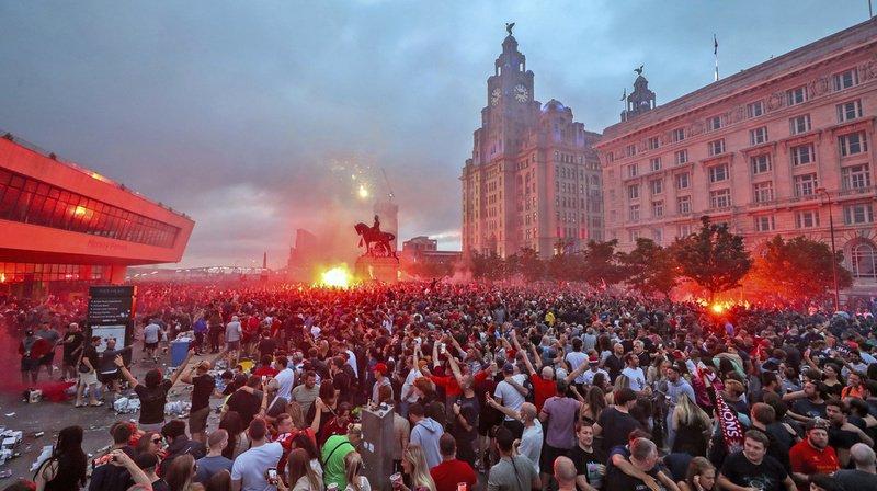 Plusieurs milliers de fans se sont rendues à Pier Head vendredi.