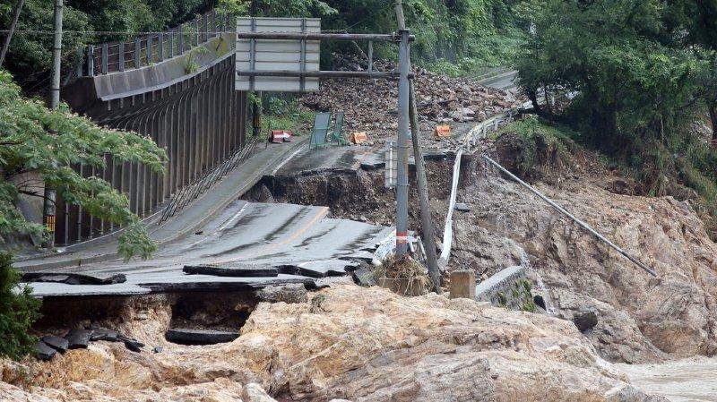 Une route détruite par les inondations près de la rivière Kuma à Ashikita.