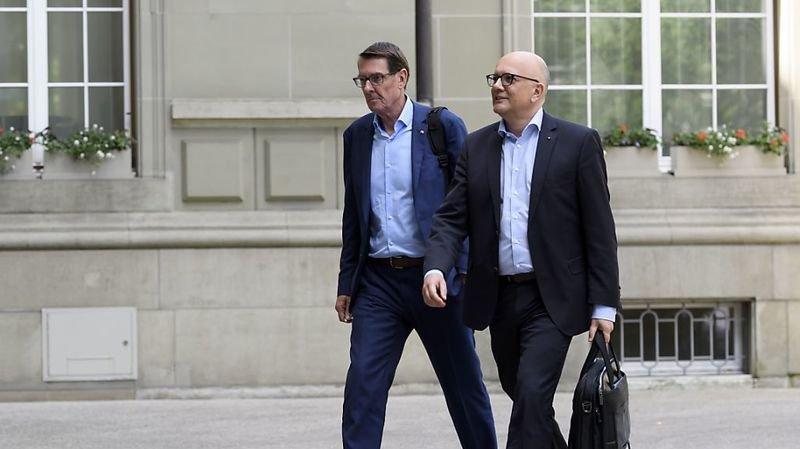 Le président d'Hotelleriesuisse Andreas Züllig (à gauche) et le conseiller national Nicolo Paganini (PDC/SG), président de la Fédération suisse du tourisme (à droite) ont participé au deuxième sommet sur le tourisme à Berne.
