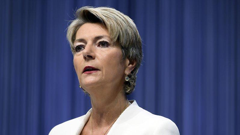 Le changement de sexe à l'état civil n'aura aucun effet sur un éventuel mariage ou partenariat enregistré, a précisé la ministre de la justice Karin Keller-Sutter devant le Conseil des Etats.