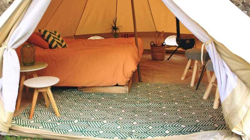Les tentes spacieuses du camping d'Arolla garantissent le grand luxe pour deux personnes.