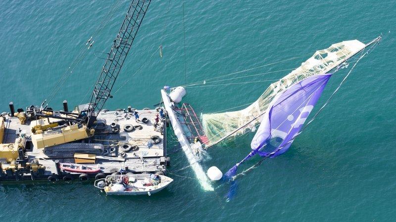 Le voilier a été treuillé hors de l'eau mercredi matin.