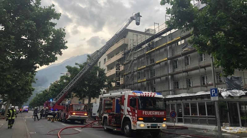 Le toit d'un hôtel en feu à Naters, aucun blessé