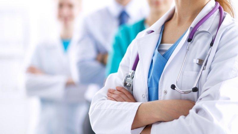 Le Valais veut inciter hôpitaux et institutions à former plus d'infirmiers et d'aides-soignants.