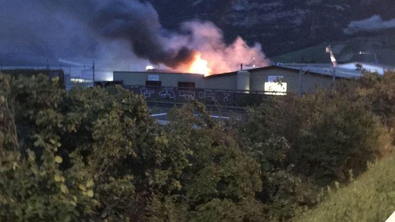 Vers 22 heures, les flammes et la fumée étaient visibles loin à la ronde.