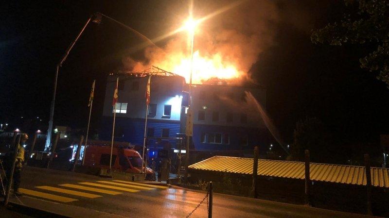 Le toit de Gessimo part en fumée à Monthey