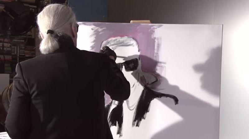 Une vidéo, visible sur le compte YouTube du couturier allemand, le montre en train de réaliser son autoportrait.