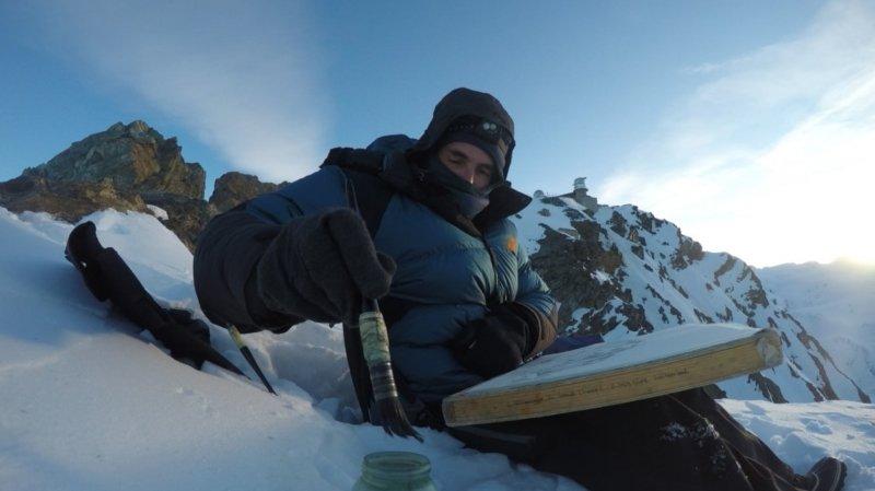 Laurent Willenegger trempe son pinceau dans de l'eau aditionnée de...vodka pour éviter le gel.