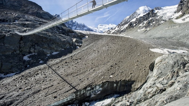 La commune de Bagnes a financé en 2014 l'aménagement d'une passerelle métallique sur la langue du glacier de Corbassière.
