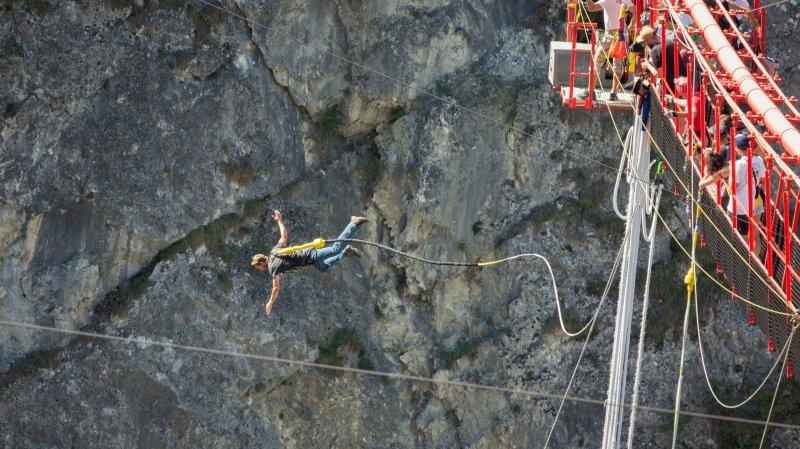 Le pont suspendu de Niouc est l'un des plus hauts au monde. Les sportifs apprécient!