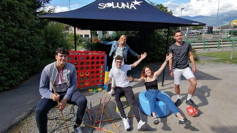 Des jeunes (de g. à dr. Joao, Estelle, Alois, Lea et Florian) s'engagent pour créer et encadrer des activités de Soluna.