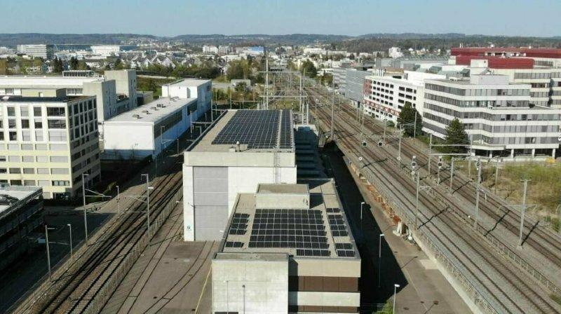 Le système photovoltaïque mis en service est installé sur le toit du convertisseur de fréquence de Zurich-Seebach.