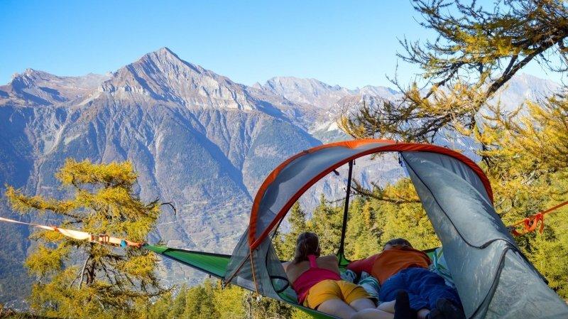 Dormir suspendu entre deux arbres en pleine nature, voilà une formule originale.