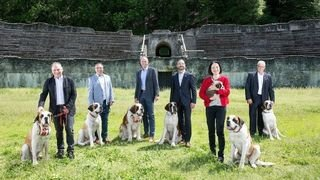 Valais: la photo officielle du Conseil d'Etat avec des saint-bernards