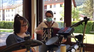 Sion: des enfants en situation de handicap suivent des cours de batterie
