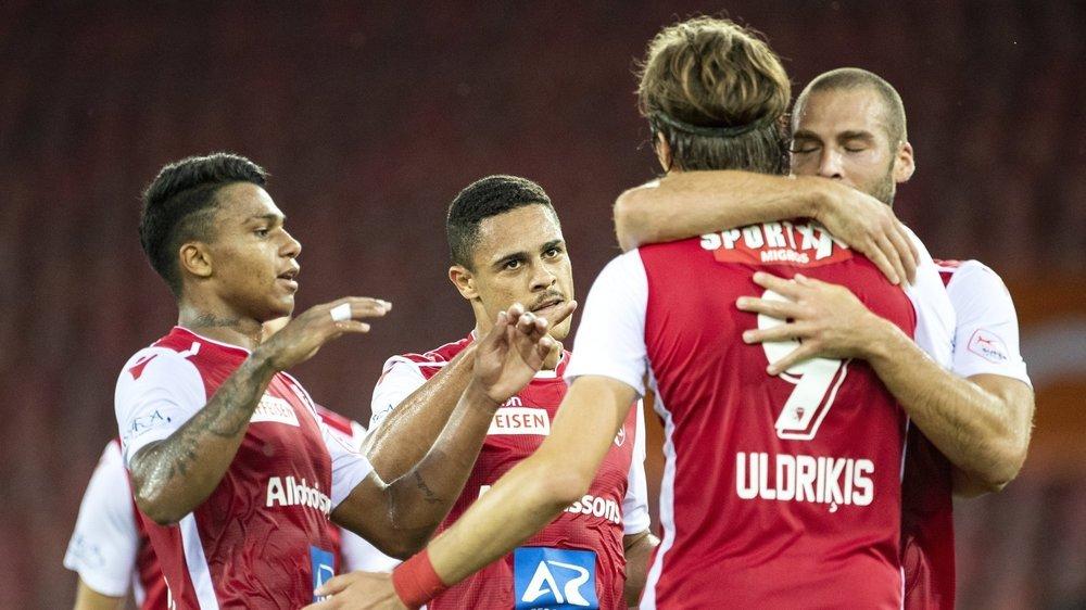 Les joueurs du FC Sion congratulent Roberts Uldrikis, auteur du premier but de l'équipe valaisanne contre Zurich mardi soir.