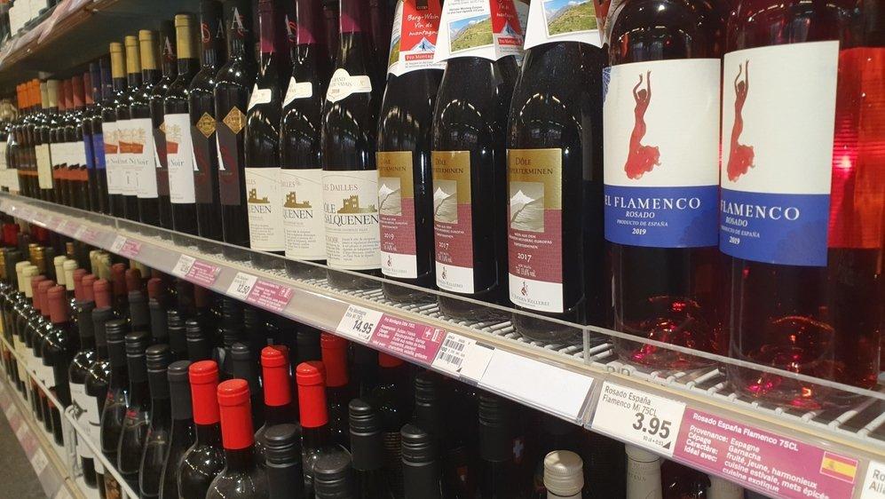 En grande surface, certaines bouteilles de vin étranger sont vendues moins de 3francs. Mais le prix moyen des produits importés est de 6fr. 90, contre 9fr. 25 pour les crus suisses.