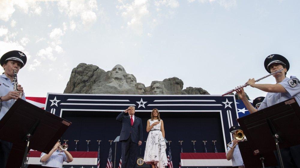 Donald Trump et son épouse Melania assistent à un feu d'artifice au mont Rushmore à la veille de la fête nationale américaine, le 3 juillet, dans le Dakota du Sud.