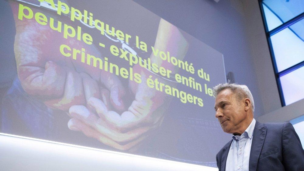 Adrian Amstuz, hier à Berne, lors de la conférence de presse de l'UDC. Le parti de la droite se montre actif sur beaucoup de terrains cet été.