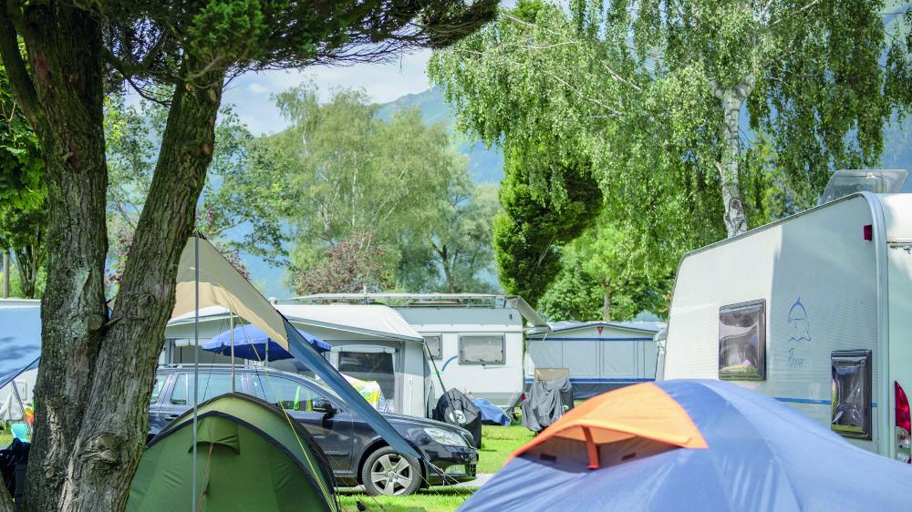 La pandémie de coronavirus devrait coûter aux campings 20% de leur chiffre d'affaires. Mais l'été s'annonce au beau fixe: la plupart affichent complet, à l'image de celui d'Aaregg, au bord du lac de Brienz.