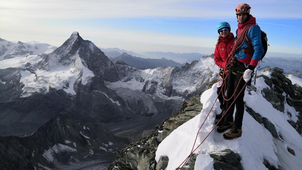 La championne de ski alpinisme Marianne Fatton au sommet de la Dent Blanche avec son copain Maxime Brodard le 15 septembre 2019.