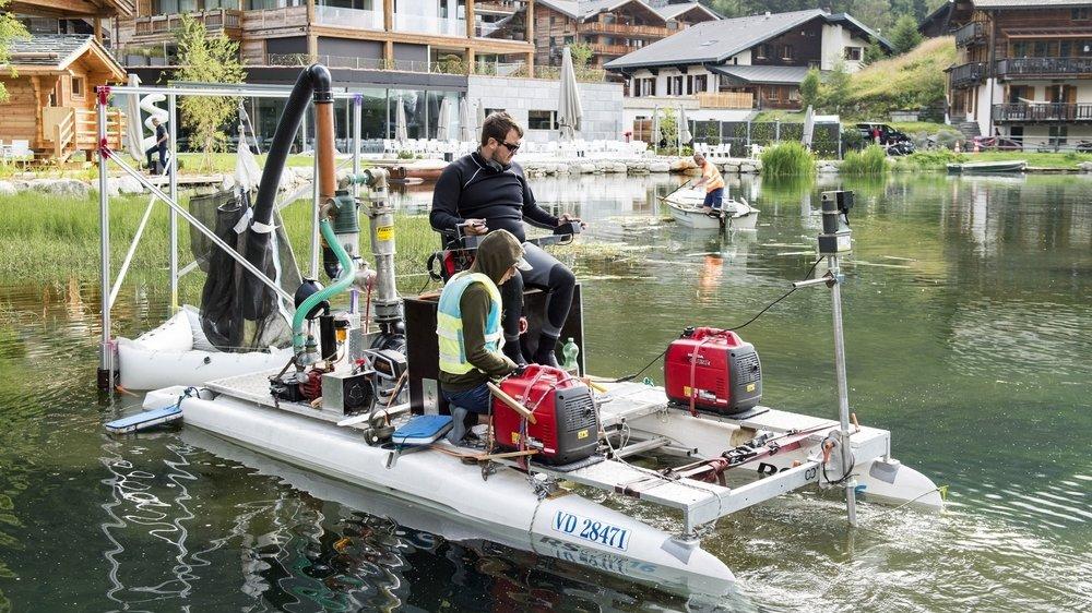 Les travaux d'assainissement du lac de Champex ont commencé mercredi avec une opération de faucardage opérée à l'aide d'un prototype expérimental.