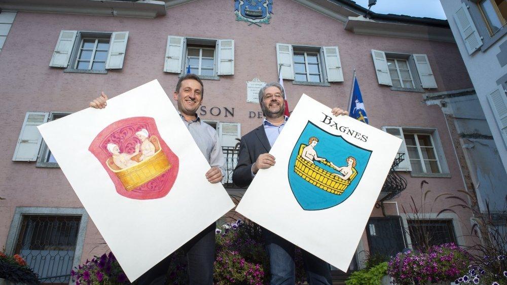 L'historien Bertrand Deslarzes, chef du Service de la culture, et le vice-président Jean-Baptiste Vaudan devant la maison de commune de Bagnes qui arbore les fameuses armoiries.