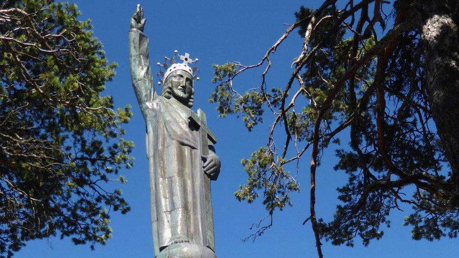 Surplombant la vallée du Rhône, le Christ-Roi veille sur la population depuis 1935.