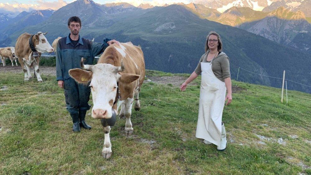 Frédéric et Martina à l'heure de sortir le bétail à l'alpage du Coeur tôt le matin. La journée de travail est déjà vieille de trois bonnes heures.