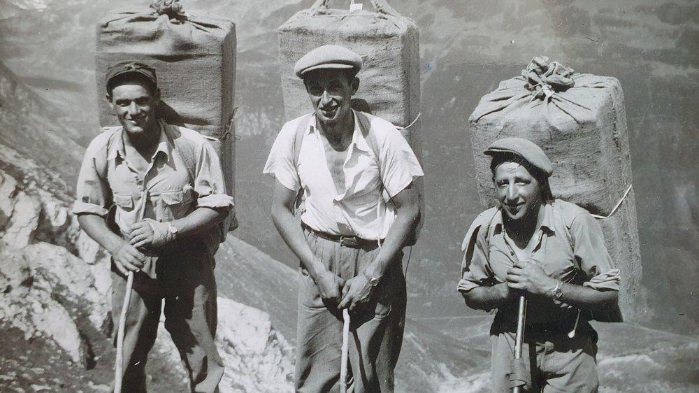 Gabriel Moret, Ami Moret et Rémi Balleys, 30 kilos de cigarettes sur le dos, quelque part dans la vallée du Grand-St-Bernard des années cinquante.