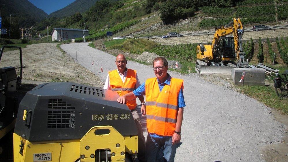 Sébastien Lonfat et Bertrand Huguet, du Service valaisan de la mobilité, devant la route de déviation en cours de réalisation au bas du col de La Forclaz.