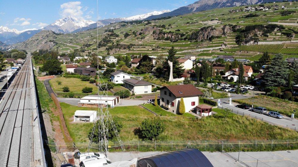 L'été dernier, le gabarit de l'antenne 5G était érigé à Uvrier. Au fond, l'école, située à 150 mètres environ selon les opposants.